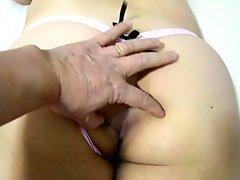 JapaCasadaGata esposa safada de fio dental rosa exibindo a bundinha e o cuzinho